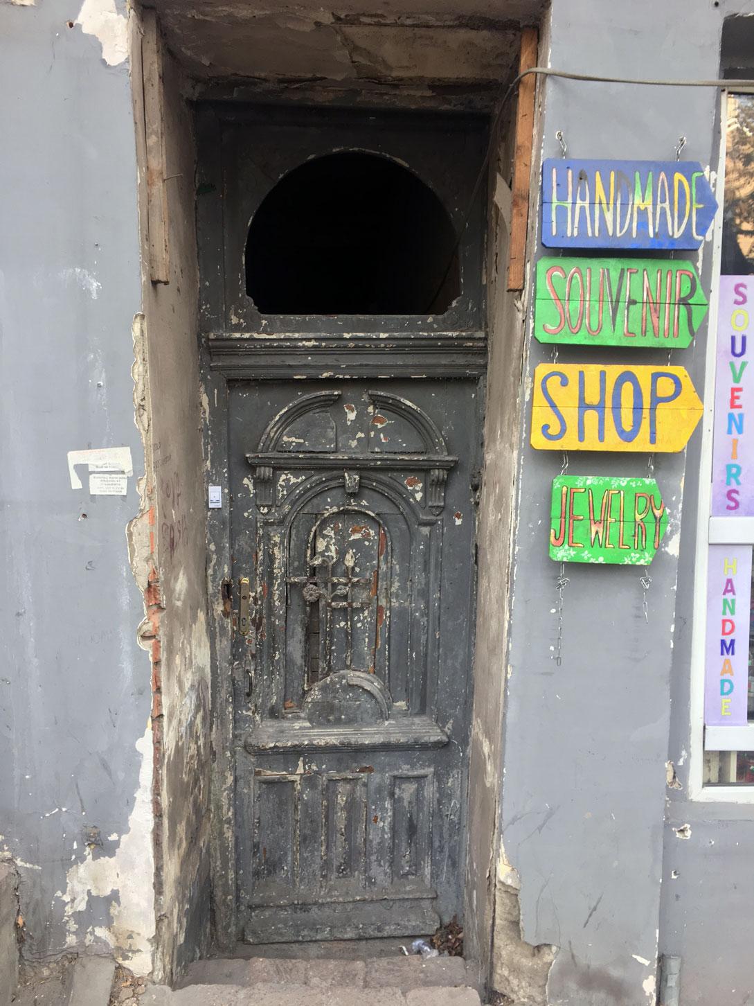Дверь в подъезд в Тбилиси